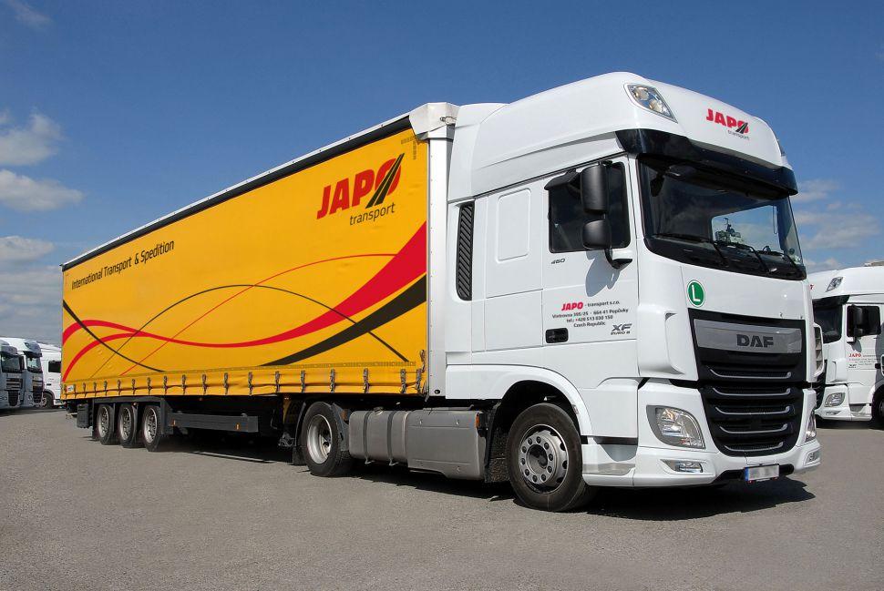 Kamion s návěsem značky DAF